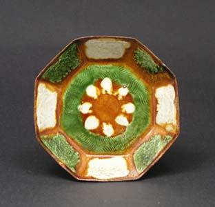 三彩牡丹文八角皿 (中国 遼時代)